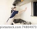 가스 레인지 주변 청소를하는 집 청소 여성 노동자 74804973