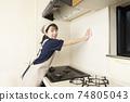가스 레인지 주변 청소를하는 집 청소 여성 노동자 74805043