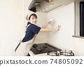 가스 레인지 주변 청소를하는 집 청소 여성 노동자 74805092