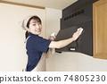 가스 레인지 후드 청소를하는 집 청소 여성 74805230