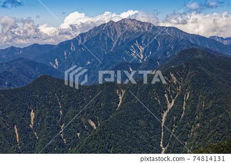 初秋時節,從南部阿爾卑斯山的鹽見山山脊看到的千疊嶽山 74814131