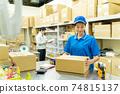 包裝在倉庫裡的年輕女子 74815137