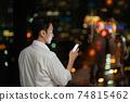 晚上在辦公室使用智能手機的商人 74815462