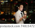 晚上在辦公室使用智能手機的商人 74815472