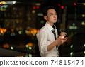 晚上在辦公室使用智能手機的商人 74815474