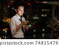 晚上在辦公室使用智能手機的商人 74815476
