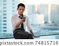 一個在辦公室使用智能手機的商人 74815716
