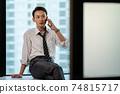一個在辦公室使用智能手機的商人 74815717