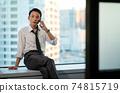 一個在辦公室使用智能手機的商人 74815719