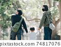 手拉手走和撫養父母和男孩的夫婦的家庭形象 74817076
