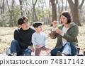 日本家庭玩肥皂泡,父母和孩子在公園裡野餐的形象 74817142