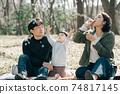 日本家庭玩肥皂泡,父母和孩子在公園裡野餐的形象 74817145