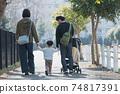 손을 잡고 주택가를 산책 부모와 자식 소년의 육아를하는 부부의 가족 이미지 74817391
