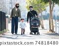 行走在居民區的家庭的家庭形象,身上戴著電暈損壞的撫養孩子的面具 74818480