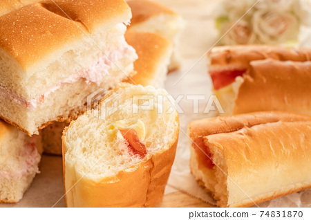 果醬黃油麵包和草莓味的牛奶麵包 74831870