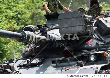 在北富士運動場上運行的坦克 74834013