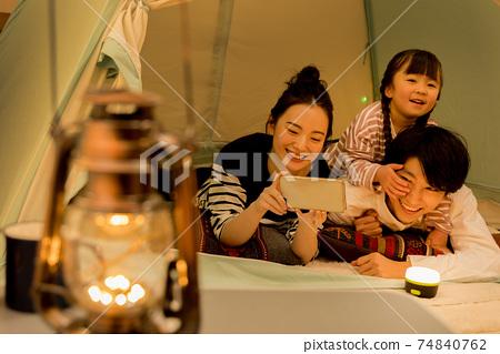 露營時假裝在家,家人不要出門 74840762