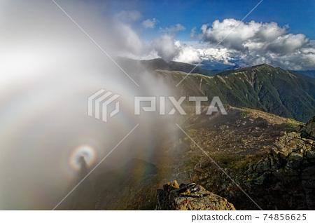 Brocken幽靈和小森山出現在南阿爾卑斯山的鹽見山頂 74856625