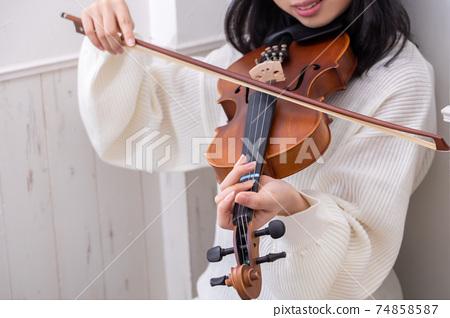 현이 1 개 끊어진 바이올린을 연주 소녀 74858587