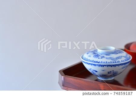 뚜껑 그릇. 청소 옻칠 높은 다리 소반에 장식 골동품 이마리 도자기 (복사 공간 소프트 초점) 74859187