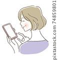 高級婦女為使用手機感到高興 74859801