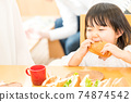 A little girl to eat 74874542