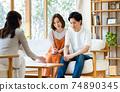 一對年輕夫婦在拜訪業務中得到解釋 74890345