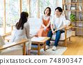 一對年輕夫婦在拜訪業務中得到解釋 74890347