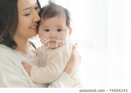 可愛的小寶貝父母和孩子 74894243