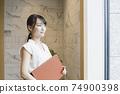 看著窗外的女性商業場景 74900398