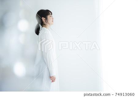 一個穿白襯衣的女人 74913060