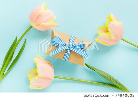 鬱金香花和藍色背景上的禮品盒 74940008