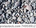 다양한 크기의 둥근 돌을 아무렇게나 널려있는 모습 74950912