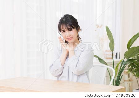 年輕女子在房間裡做一個請求的手勢 74960826
