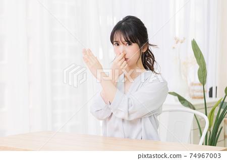 捏她的鼻子在房間裡的年輕女子 74967003