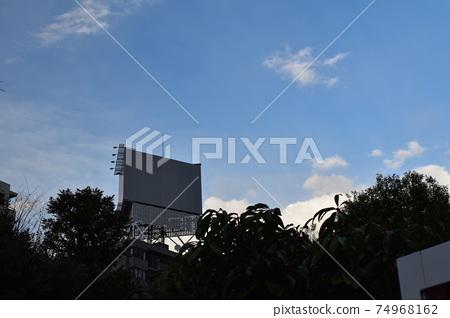빌딩의 옥상 흰색 간판 74968162