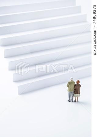 老夫婦在樓梯前 74969278