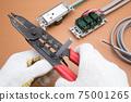 電氣工作電工使用電纜剝皮器剝離VVF電纜絕緣塗層的工作現場 75001265