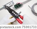 電氣工作電工使用電纜剝皮器剝離VVF電纜絕緣塗層的工作現場 75001733