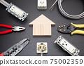在一棟房屋中的電氣工作的圖像房屋的電氣工作的圖像建造場所電氣化房屋中的電氣佈線的圖像 75002359