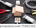 在一所房屋中的電氣工作的圖像在一所房屋中的電氣工作的圖像 75002362