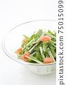 在一個玻璃碗裡的Mizuna沙拉 75015099