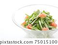 在一個玻璃碗裡的Mizuna沙拉 75015100