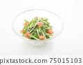 在一個玻璃碗裡的Mizuna沙拉 75015103