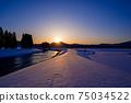 秋田縣的冬天的黃昏,雪景,河川,自然風光 75034522