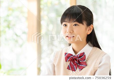 初中女孩在家學習 75036259