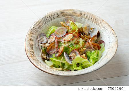 蒸春白菜和蛤s,配以紅辣椒。 75042904