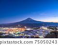 《山梨縣》富士山和冰雪覆蓋的城市景觀,天上山公園 75050243