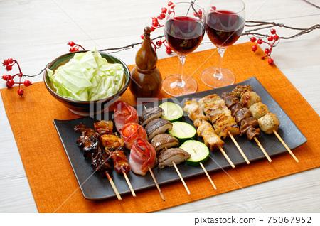 烤雞肉串,烤雞肉串,串和串的圖像。搭配紅酒和白菜一起食用。 75067952