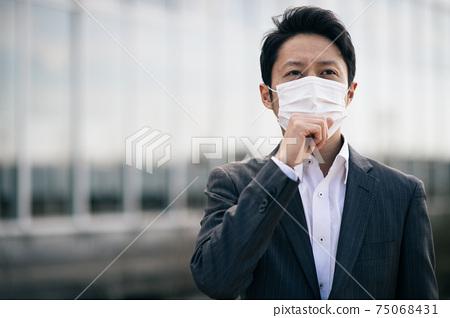 戴著面具的30多歲的日本商人 75068431